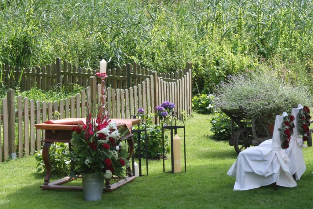 Trauung im Garten, rechts vom Teich