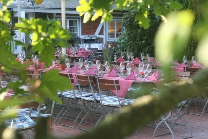Mittags auf der Terrasse in rot gedeckt