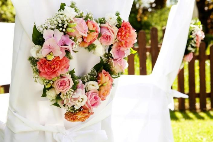 Herz-Gesteck am Hochzeitsstuhl
