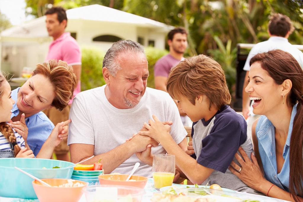 Familie beim Familienfest im Sommer