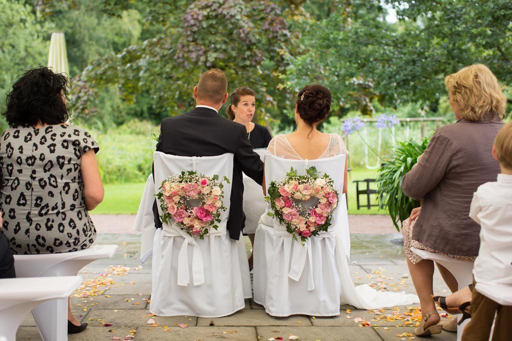 Brautpaar bei der freien Trauung im Garten
