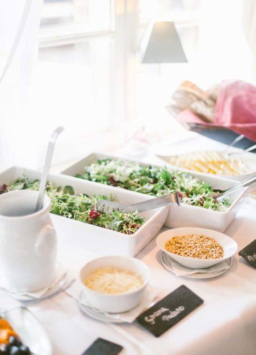 Menübuffet mit Salat bei einer Hochzeit