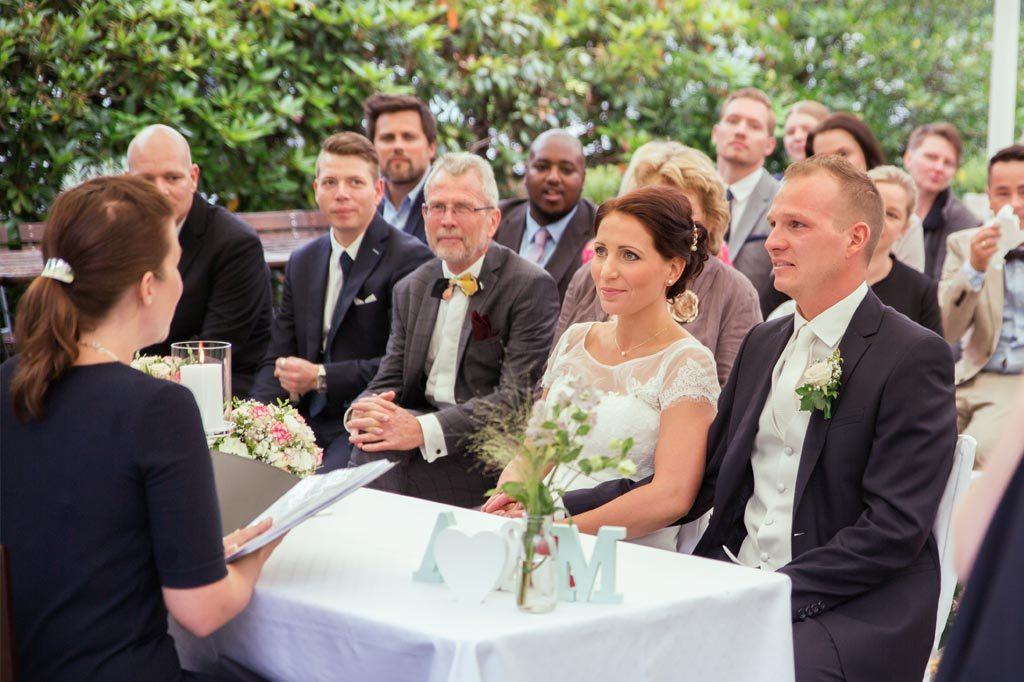 Hochzeitspaar bei der freien Trauung im Garten