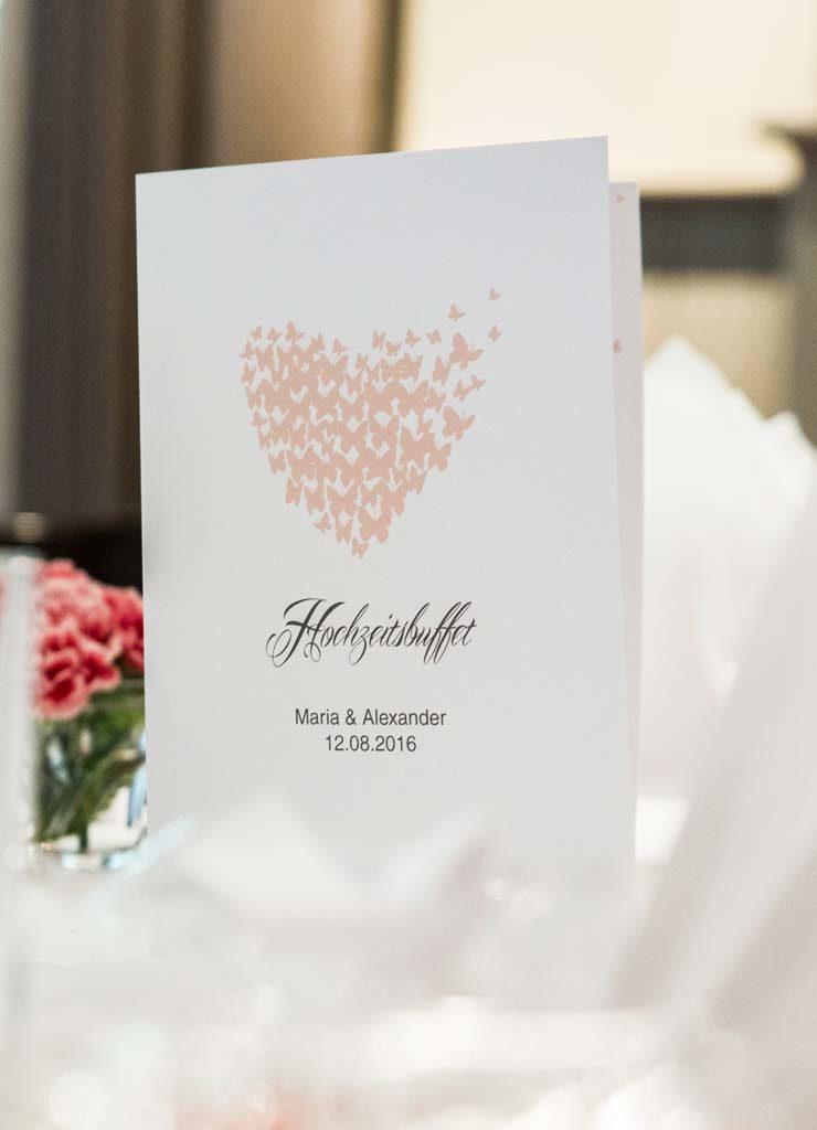 Menükarte mit Herzen bei einer Hochzeit