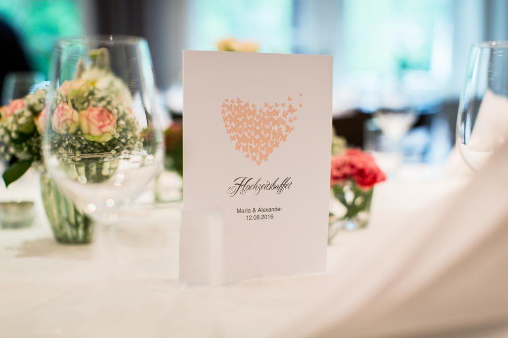 Menükarte auf einem dekorierten Tisch bei einer Hochzeit