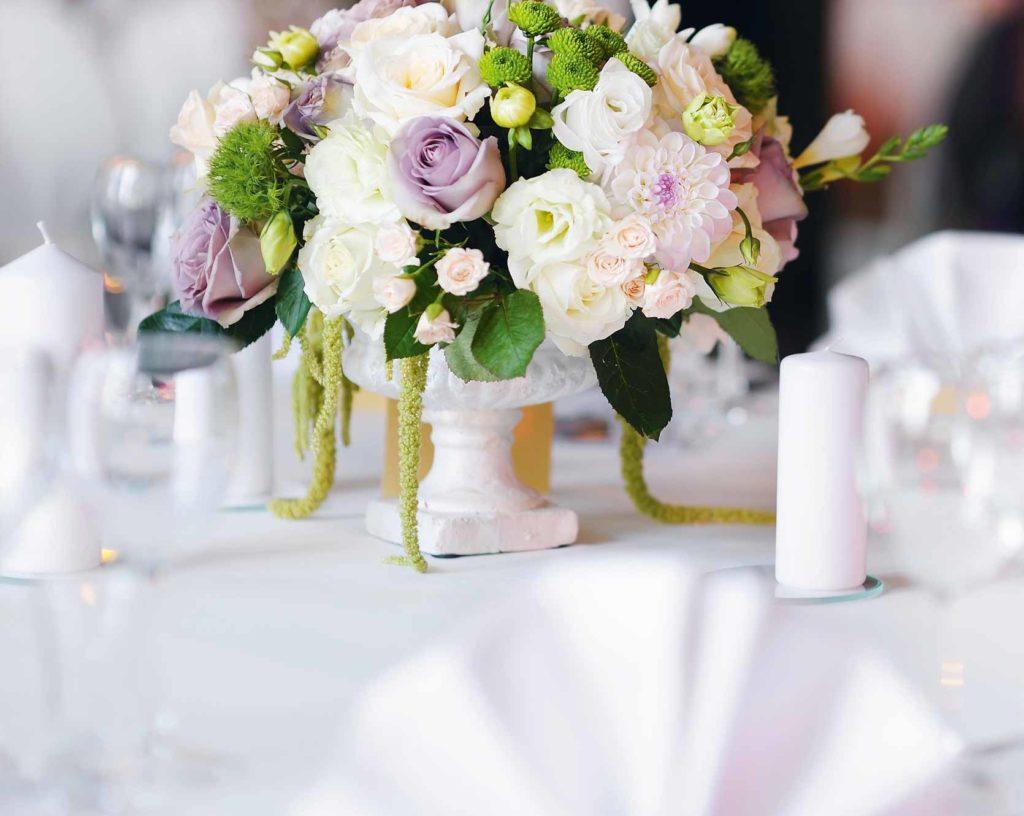 Tischdekoration mit Blumenstrauss bei einer Hochzeit