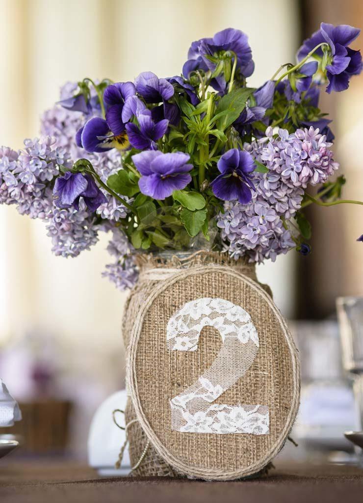 Tischdekoration zur Hochzeit mit Tischnummer und Blumen