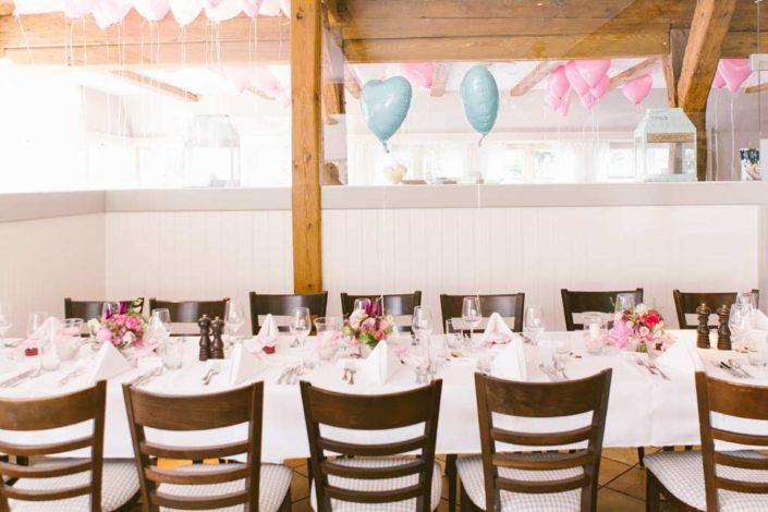 Hochzeits- und Tischdekoration mit Heliumluftballons