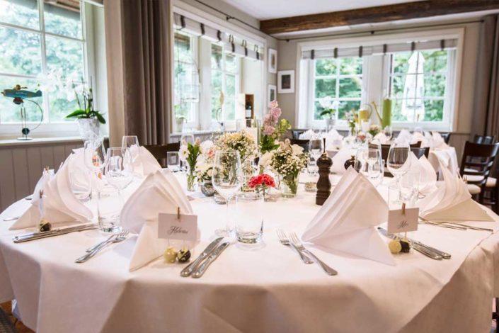 Hochzeitsdekoration an runden Tischen