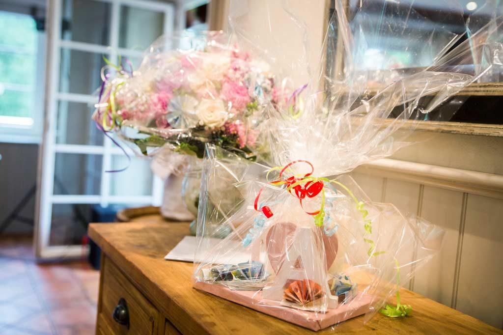 Hochzeitsgeschenk als Geldgeschenk und Blumen