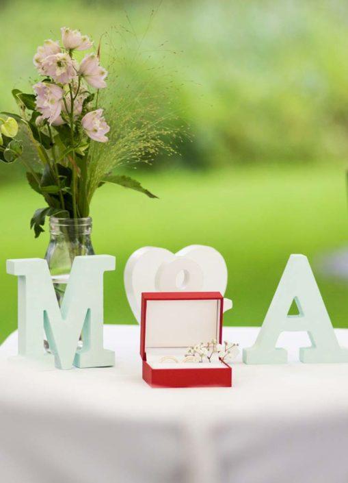 Dekoration für die Eheringe mit Initialen
