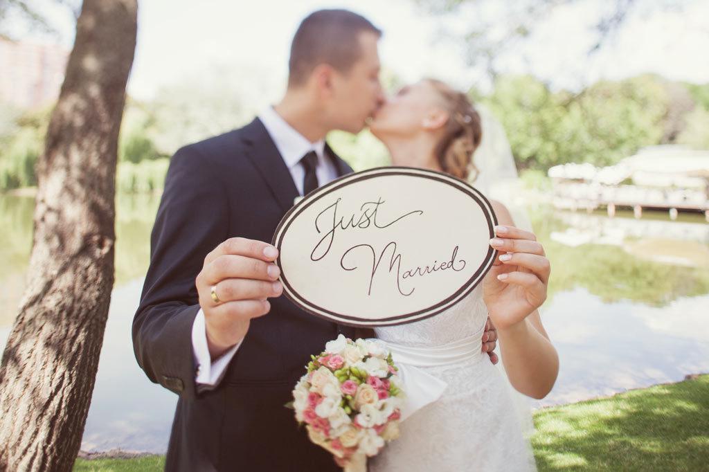 Glückliches Brautpaar am Hochzeitstag