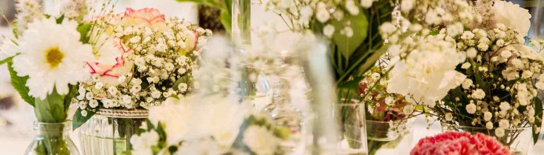 Tischdekoration bei einer Hochzeit mit Blumen