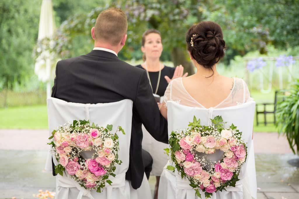 Hochzeitspaar bei einer Hochzeitszeremonie als freie Trauung