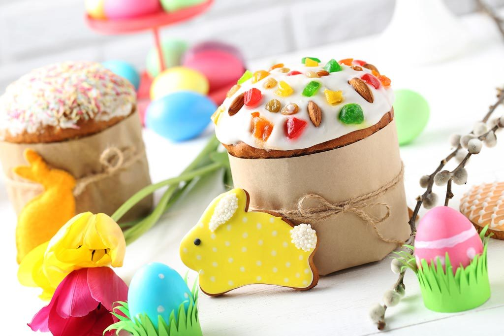 Brunchbuffet zu Ostern mit Ostereiern und Kuchen