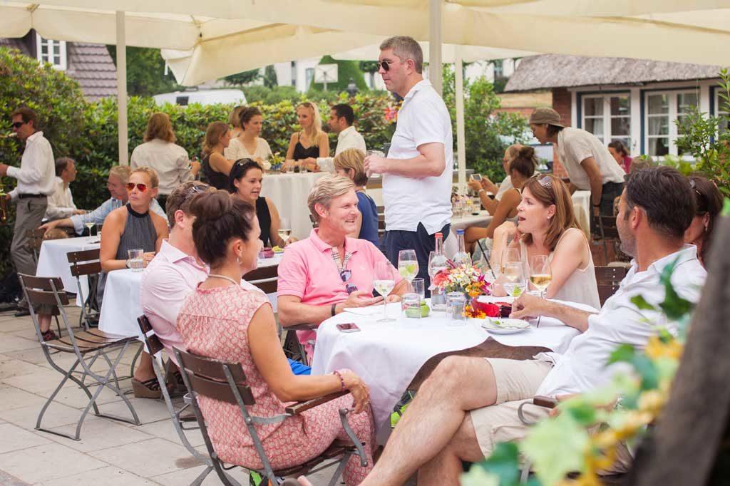 Sommerveranstaltung im Garten der Alster Au mit zahlreichen Besuchern
