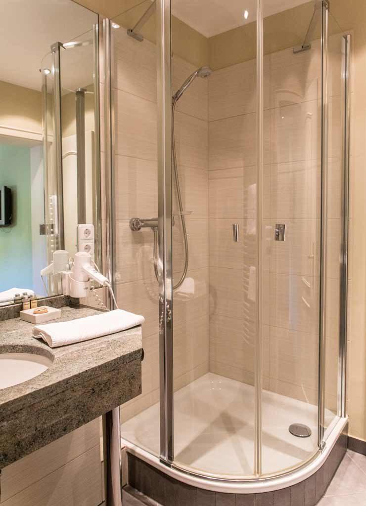 Badezimmer mit Dusche und Marmoreinbauten