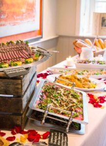 Buffet mit Fisch- und Fleischplatte