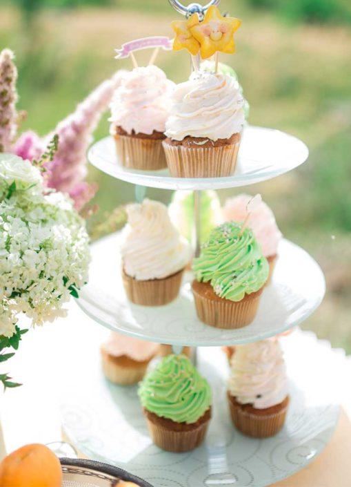 Cupcakes bei einer Feier im Garten