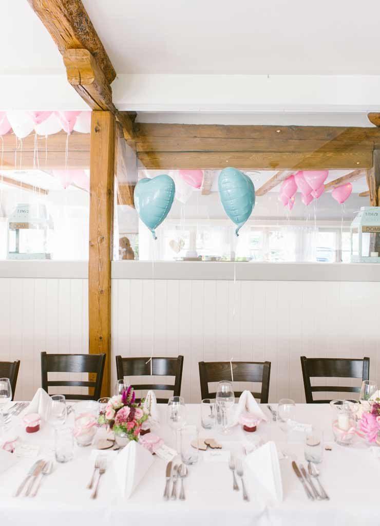 Festlich geschmückte Gaststube mit Luftballons