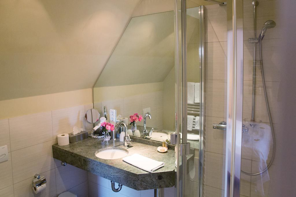 Badezimmer mit Marmoreinbauten
