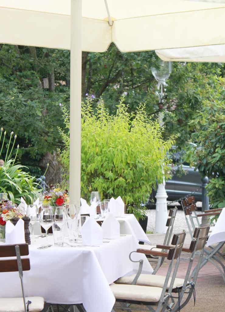 Hotelterrasse mit Blick in den Garten
