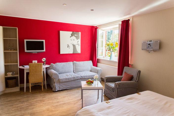 Hotelzimmer mit roten Wänden