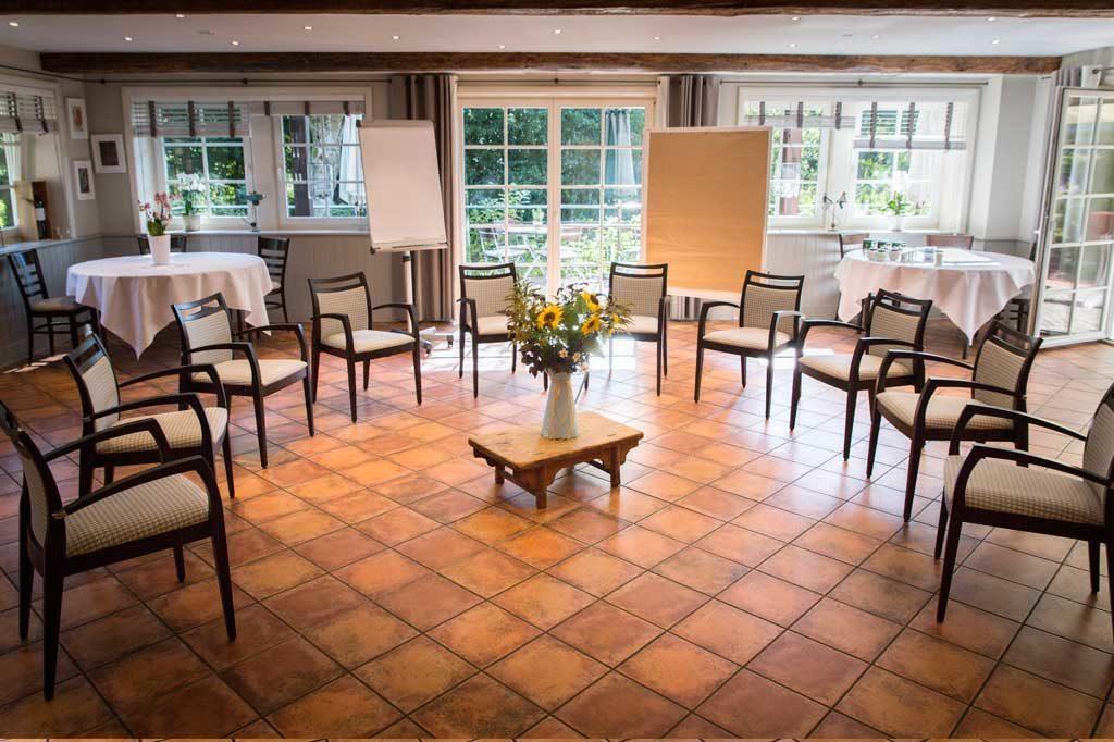 Lichtdurchfluteter Raum für ein Seminar mit einem Stuhlkreis