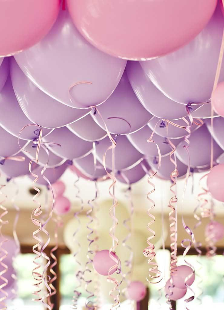 Luftballons an der Decke bei einer Familienfeier