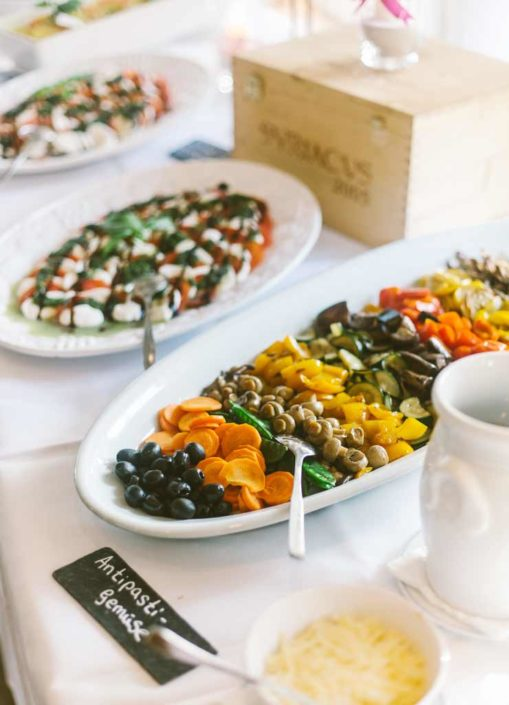 Buffet mit Salat bei einem Teamevent