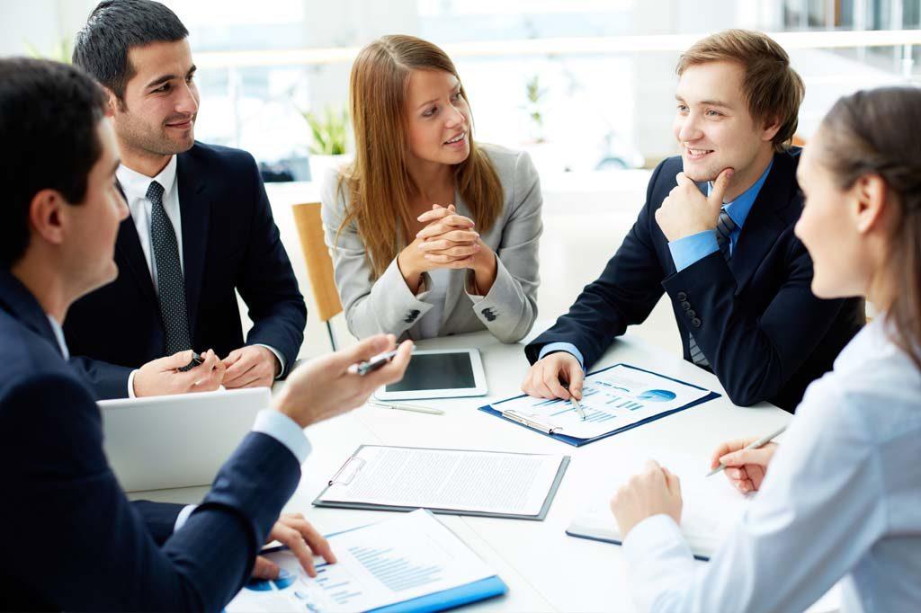 Tagung oder Meeting mit Teilnehmern am Tisch