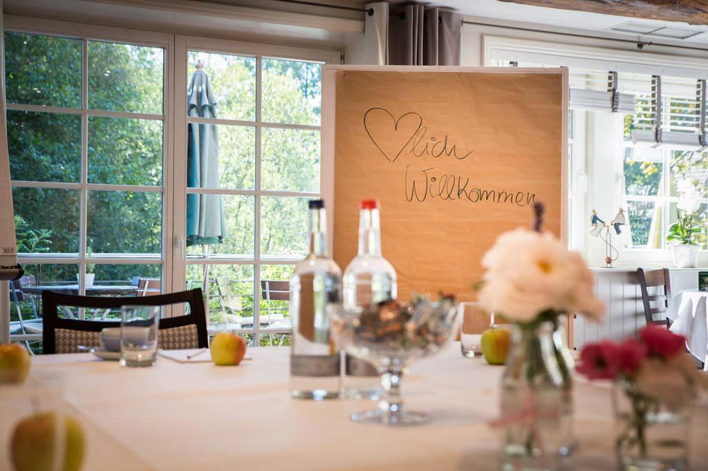 Raum für eine Tagung mit einem Tisch und Verpflegung