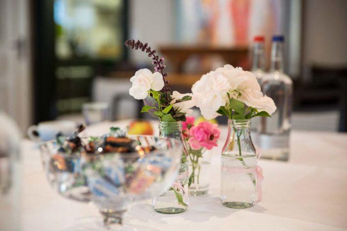 Tischdekoration für ein Seminar mit Blumen