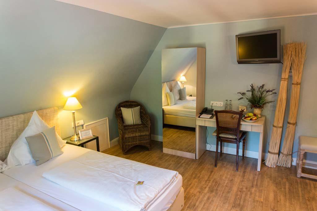 Zimmer mit De-luxe-Matratzen und einem Schreibtisch